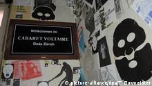 Ein Treppenflur am 06.11.2015 im Cabaret Voltaire in Zürich. Was ist Dada? Bis heute lässt sich das nicht eindeutig beantworten. Die Künstlerkneipe Cabaret Voltaire in der Zürcher Spiegelgasse 1 war die Wiege dessen, was die Väter und Mütter der Bewegung unter dem ebenso einprägsamen wie rätselhaften Begriff Dada zusammenfassten. Dort wurde Dada am 5. Februar 1916 aus der Taufe gehoben. Foto: Thomas Burmeister/dpa +++(c) dpa - Bildfunk+++ Copyright: picture-alliance/dpa/T. Burmeister