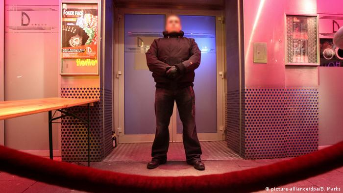 Bouncer in front of a club in Hamburg, Copyright: picture-alliance/dpa/B. Marks