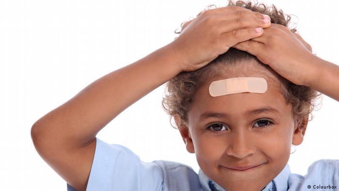 Kleiner Junge mit Pflaster auf dem Kopf (Colourbox)