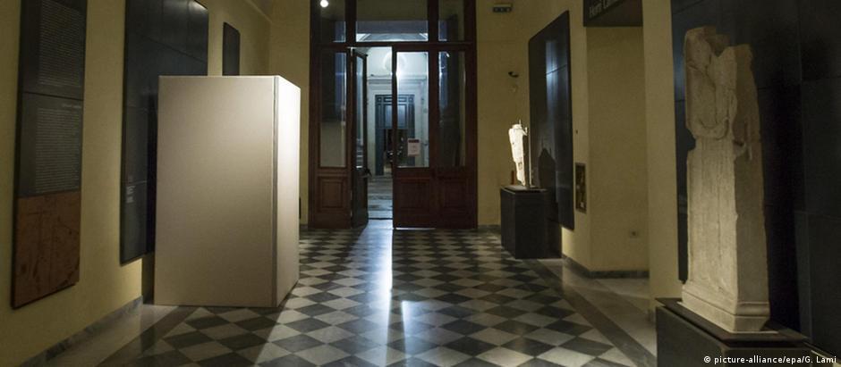 Tapumes foram usados para esconder obras de arte