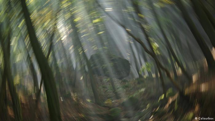 Symbolbild: Schwindel. Die Umwelt dreht sich im Kreis.