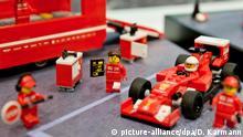 28.01.2015 **** ARCHIV - Ein Ferrari Formel-1-Team von Lego ist am 28.01.2015 in Nürnberg (Bayern) während der 66. Internationalen Spielwarenmesse zu sehen. Foto: Daniel Karmann/dpa (zu dpa Die Spielwarenbranche jagt Trends und Rekorde) +++(c) dpa - Bildfunk+++ © picture-alliance/dpa/D. Karmann