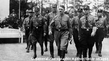 Adolf Hitler marcha em direção ao Reichstag em Berlim no dia em que tomou posse como chanceler