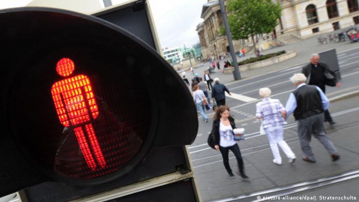 """Como adulto, usted puede estar convencido de que puede cruzar la calle con el semáforo en rojo, si no hay coches en la cercanía. Pero no se sorprenda si, al hacerlo, un alemán le grita con tono de reproche: """"¡Luz roja!"""" Esa infracción es particularmente mal vista, por ser un mal ejemplo, en especial cuando los niños son testigos de ella."""