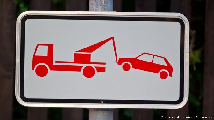 Знак, який попереджає про роботу евакуаторів