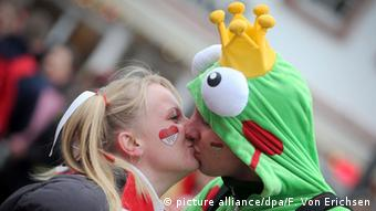 A costumed couple kiss during a Carnival celebration, Copyright: picture alliance/dpa/F. Von Erichsen