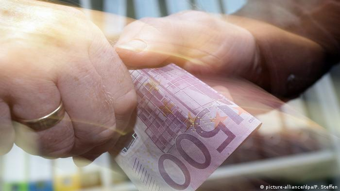 500 евро передают из рук в руки