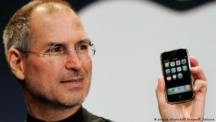 Steve Jobs mit Apple iPhone (picture alliance/AP Images/P. Sakuma)