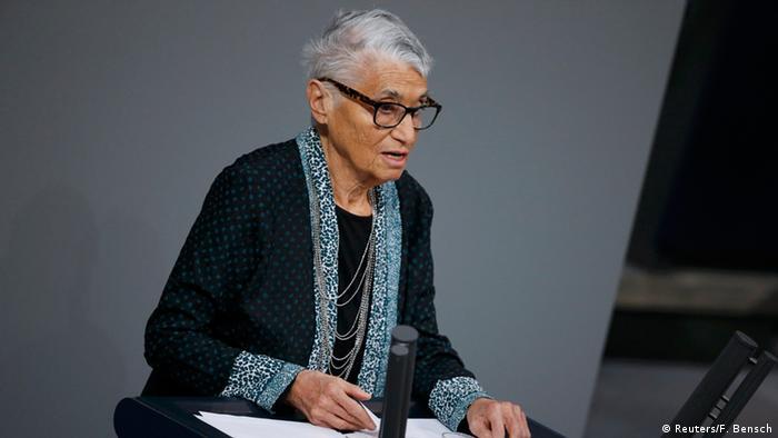 Ruth Klüger am Rednerpult im Deutschen Bundestag.
