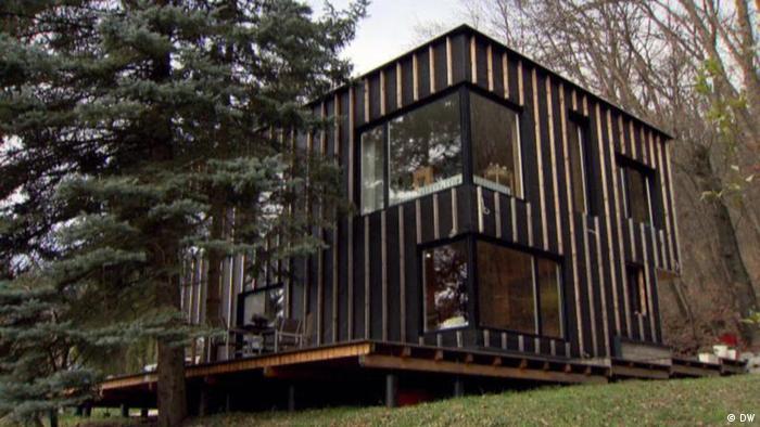 Foto menunjukkan sebuah rumah di atas bukit