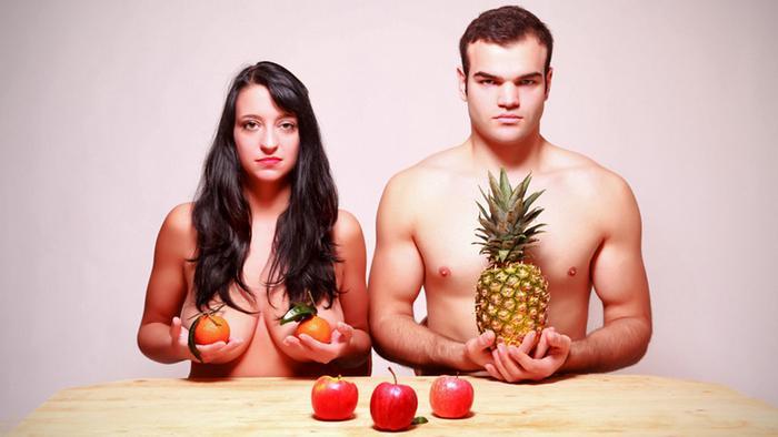 Мужчина и женщина в образе Адама и Евы с фруктами