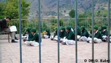 Januar 2016 Sicherheitsmaßnahmen in den Schulen geschickt. Er hat diese Bilder selber geschossen und erlaubt uns, diese zu archivieren und zu nutzen. Diese Bilder zeigen, wie die Menschen an Eingängen der Schulen in der pakistanischen Provinz KPK kontrolliert werden. (c) DW/D. Baber