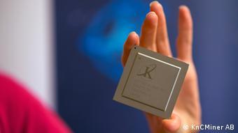 Шведский процессор для добычи биткоинов человек держит в руке