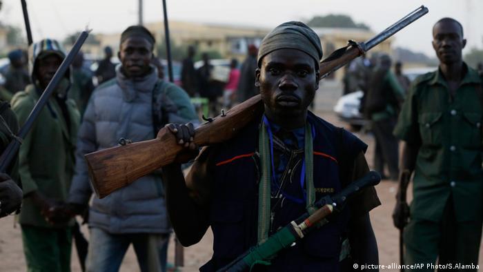 Bewaffnete Bewohner Patrouille Boko Haram Nigeria Chibok