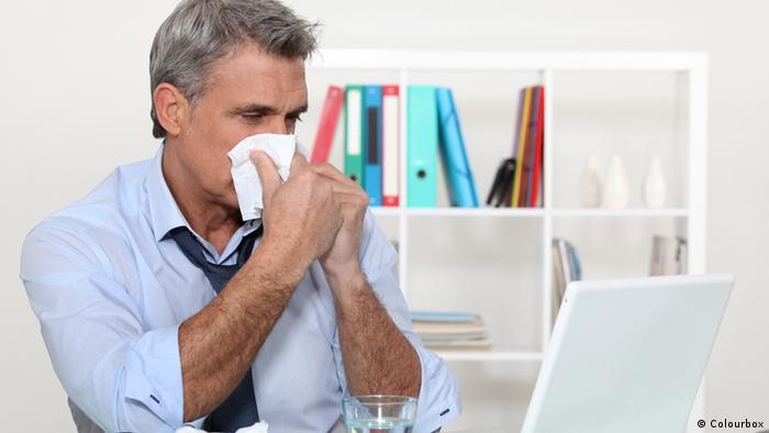 Erkältung Büro Mann mit Taschentuch Nase putzen (Colourbox)