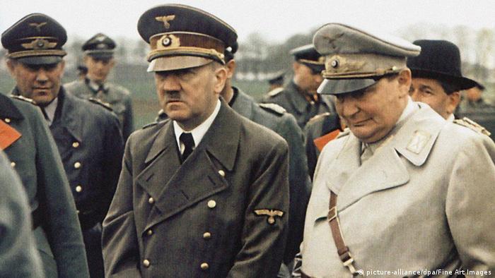 Знам, че войната е загубена. Надмощието на другите е прекалено голямо. Най-добре да се застрелям в главата. Ние няма да капитулираме, никога! Може и да потънем, но ще отнесем със себе си цял един свят. Адолф Хитлер е изрекъл тези думи пред своя адютант Николаус фон Белов в края на декември 1944. На снимката: Хитлер и Гьоринг през 1944 година.