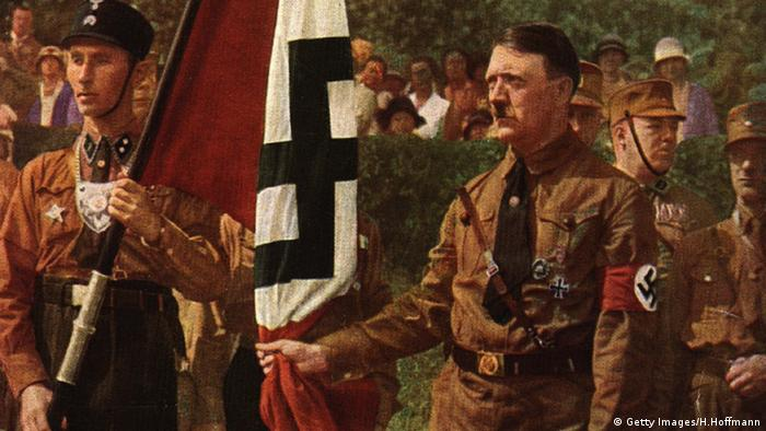Adolf Hitler Flagge Hakenkreuz (Getty Images/H.Hoffmann)