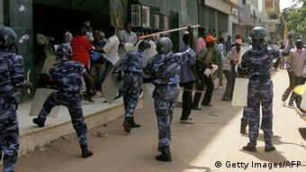 Südsudan Polizeigewalt - Polizei schlägt Jungen