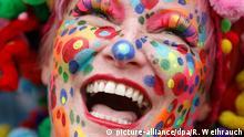 ARCHIV 2014 *** ARCHIV - Jecken feiern am 11.11.2014 in Düsseldorf (Nordrhein-Westfalen) den Beginn der Karnevalssession. Am Donnerstag wird im Rheinland die Weiberfastnacht gefeiert. Foto: Roland Weihrauch/dpa (zu dpa zum Weltlachtag am 3. Mai Lachen - Zähne zeigen aus Freude am 29.04.2015) +++(c) dpa - Bildfunk+++ Bildergalerie: Narren in Europa © picture-alliance/dpa/R. Weihrauch