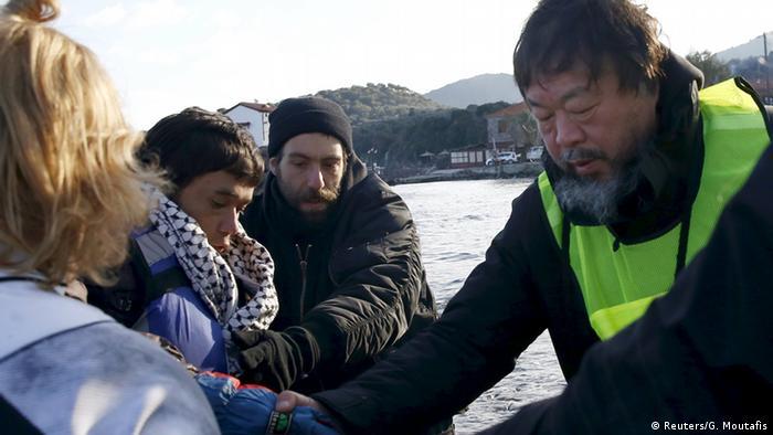 Griechenland Ai Weiwei hilft Flüchtlinge bei Lesbos