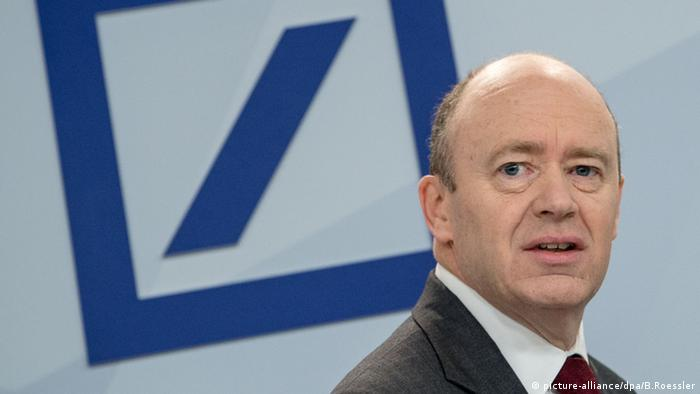 John Cryan Deutsche Bank Pressekonferenz Frankfurt am Main (picture-alliance/dpa/B.Roessler)