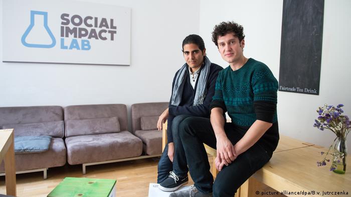 Создатель университета Kiron Маркус Креслер со студентом из Египта