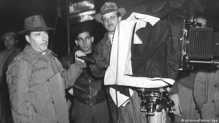 Roberto Rossellini (l) steht bei Dreharbeiten an der Kamera (picture-alliance / dpa)