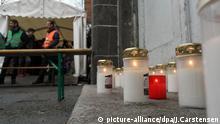 Nach dem Tod eines 24-jährigen Flüchtlings hängt eine Trauer-Botschaft am 27.01.2016 am Landesamt für Gesundheit und Soziales (Lageso) in Berlin. Der Mann soll zuvor tagelang vor dem Amt angestanden haben. Foto: Jörg Carstensen/dpa picture-alliance/dpa/J.Carstensen