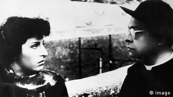 Rom, offene Stadt von Rossillini - Filmszene mit Frau und Mann in Schwarz - Weiß (Foto: imago)