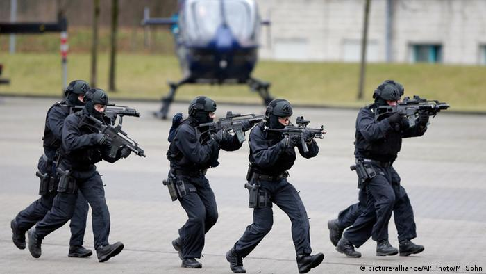 Deutschland Anti-Terror-Spezialeinheit BFE+ in Ahrensfelde (picture-alliance/AP Photo/M. Sohn)