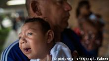 20.01.2016 Joao Batista hält am 20.01.2016 seine einen Monat alte Tochter Alice Vitoria in Recife (Brasilien) im Arm, die an Mikrozephalie erkrankt ist. Dabei ist der Kopfumfang des Kindes ungewöhnlich klein, geistige Behinderungen sind die Folge. Der von Mücken auf Schwangere übertragene Zika-Virus steht im Verdacht die Fehlbildung auszulösen. Allein in Brasilien wurden fast 3900 Fälle ermittelt. Foto: Rafael Fabres/dpa0