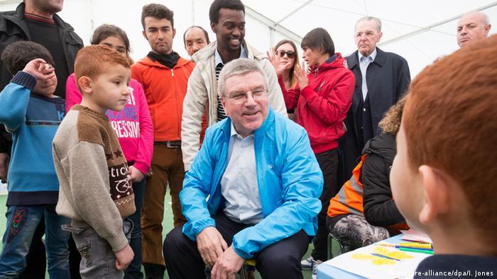 IOC-Präsident Thomas Bach besucht Flüchtlingslager in Athen (Foto: picture-alliance)