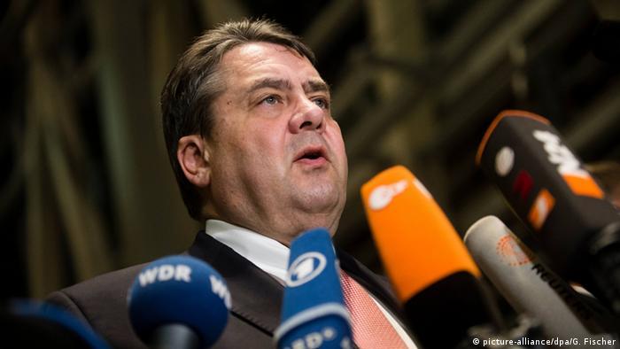 Deutschland Berlin Sigmar Gabriel Einigung bei Asylpaket II