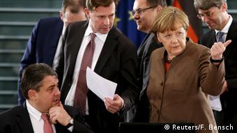 Deutschland Bund Länder Spitzentreffen zur Flüchtlingskrise Gabriel und Merkel (Reuters/F. Bensch)
