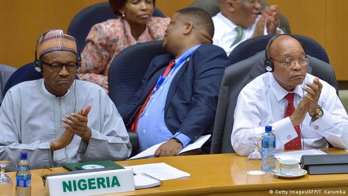 Rais Muhammadu Buhari wa Nigeria (kushoto) na Rais Jacob Zuma wa Afrika Kusini katika Mkutano wa Kilele wa Umoja wa Afrika.