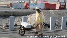 ARCHIV 2015 *** ARCHIV - Bauarbeiter arbeiten am 10.03.2015 auf einer Baustelle in Doha (Katar). In Katar soll die Fußballweltmeisterschaft 2022 stattfinden. Internationale Kritik gibt es nicht nur an der Vergabe, sondern auch an schwierigen Arbeitsbedingungen von ausländischen Bauarbeitern. Foto: Bernd von Jutrczenka/dpa zu dpa Amnesty: Menschenrechtsverletzungen in Katar «Schande» für FIFA am 01.12.2015) +++(c) dpa - Bildfunk+++ © picture-alliance/dpa/B.v. Jutrczenka