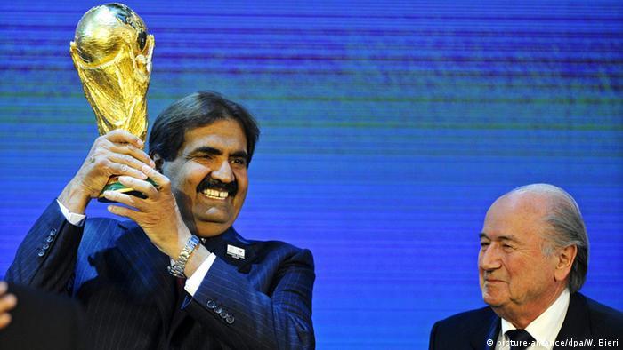 FIFA Fußball WM 2022 Joseph S. Blatter & Scheich Hamad bin Khalifa Al-Thani (picture-alliance/dpa/W. Bieri)
