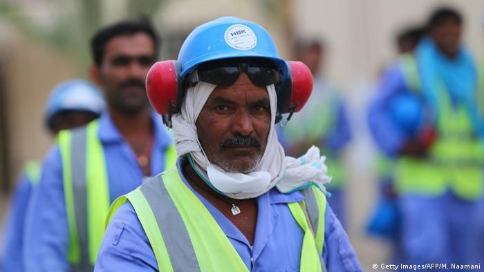 Katar'da El Vakrah Stadyumu'nun inşaatında çalışan göçmen işçilerden biri