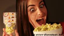 29.01.2016 *** Ein Model zeigt am 29.01.2016 in Köln (Nordrhein-Westfalen) Popcorn mit Minzgeschmack. Die Süßwarenmesse ISM findet vom 31.01. bis 3.02.2016 in Köln statt. Foto: Oliver Berg/dpa © picture-alliance/dpa/O. Berg