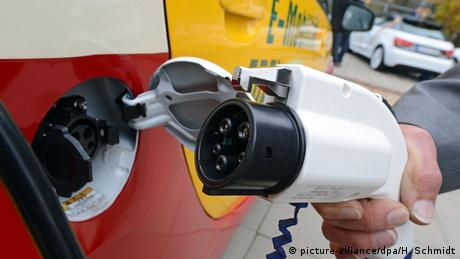 E-car getting plugged in for charging (Photo: Hendrik Schmidt/dpa)