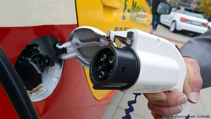 E-car being charged (picture-alliance/dpa/H. Schmidt)