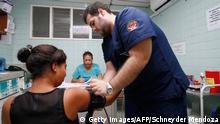 Врачи оказывают помощь женщине, у которой обнаружен вирус Зика в Колумбии