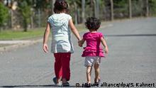 3.8.2015 ARCHIV - ILLUSTRATION - Zwei Flüchtlingskinder, aufgenommen am 03.08.2015. Foto: Sebastian Kahnert/dpa (zu dpa Europol sorgt sich um 10 000 verschwundene Flüchtlingskinder vom 31.01.2016) +++(c) dpa - Bildfunk+++ picture alliance/dpa/S. Kahnert