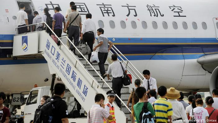Chinesische Fluggesellschaft Southern Airlines Passagiere (picture-alliance/dpa/X. Qintao)