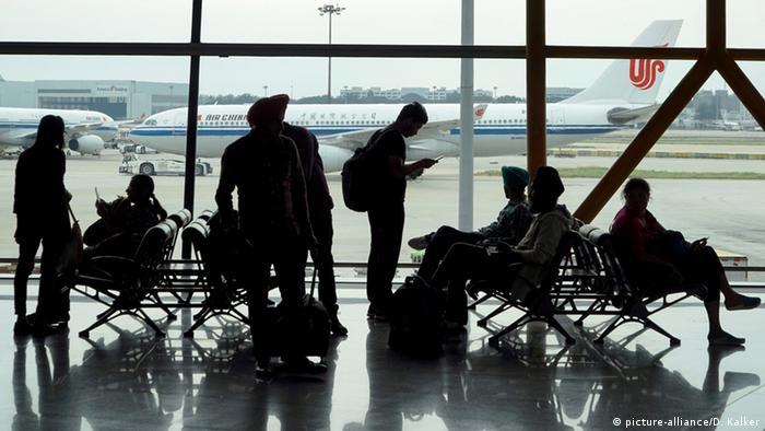 China Peking Flughafen Passagiere (picture-alliance/D. Kalker)