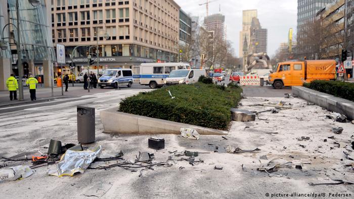 Deutschland Aufräumarbeiten nach illegalen Autorennen in Berlin BdT