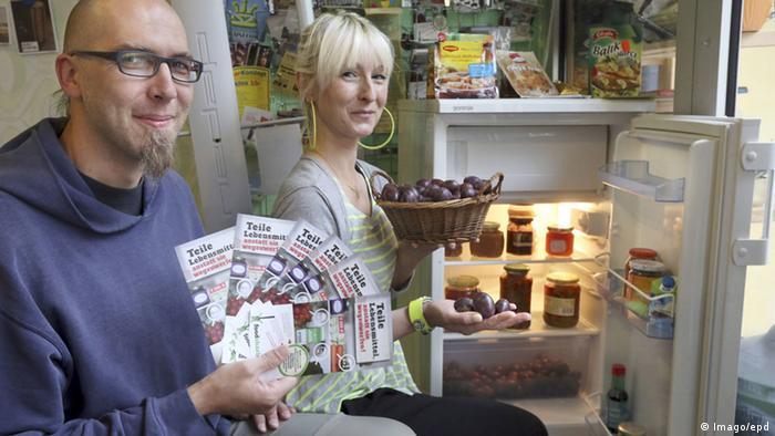 Jörn Hartwig von foodsharing.de und Christina Kaiser, Mitinhaberin des Ladens All You Can Meet in Dortmund, vor einem Kühlschrank (Foto: Imago).