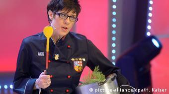 Аннегрет Крамп-Карренбауэр на вручении шутовского Ордена за отсутствие занудства