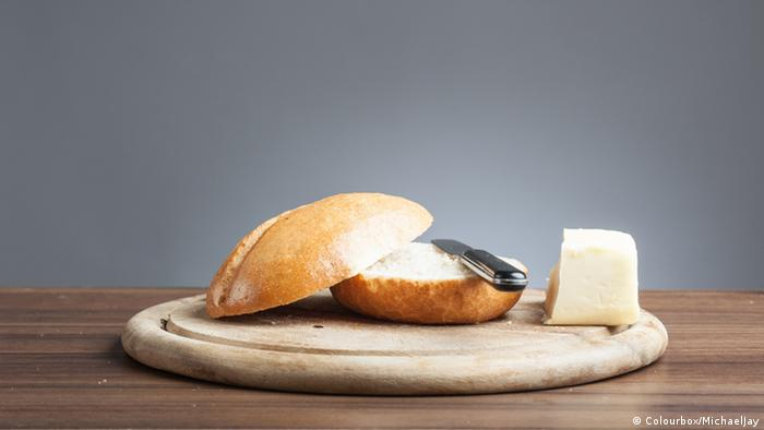 Bread roll and cheese (Colourbox/MichaelJay)