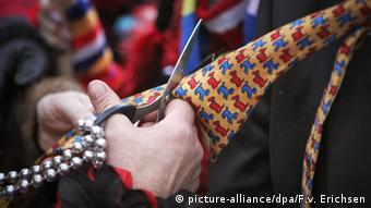 Cutting off a tie during a Carnival celebration, Copyright: picture-alliance/dpa/F.v. Erichsen